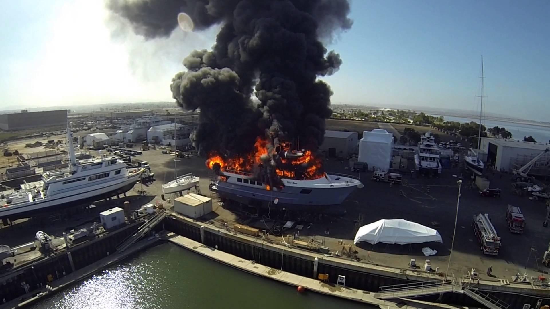Il Filme Un Yacht En Feu Avec Un Drone